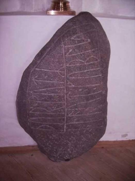 Рунный камень.   Фото: ancient-origins.net.